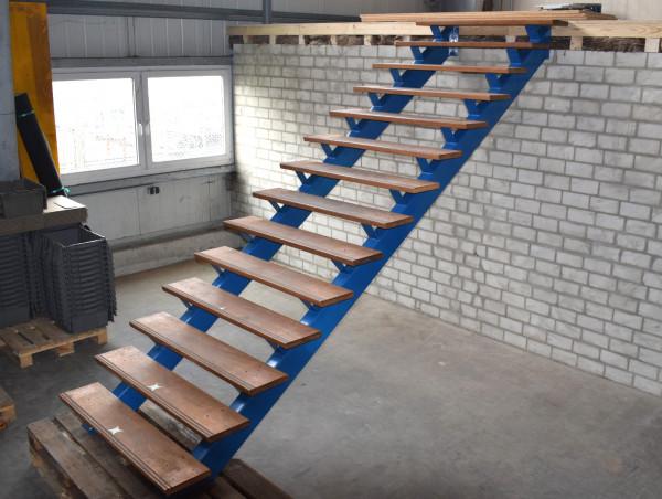 Stahlwangentreppe blaue Industrietreppe